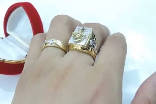 Chọn nhẫn vàng nam nên chọn size vừa tay