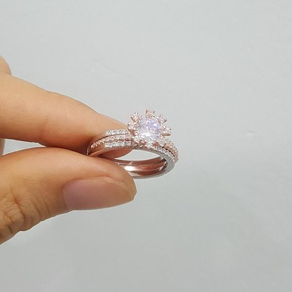 Kiểu nhẫn vàng hồng đính đá pha lê