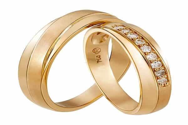Cặp nhẫn vàng đính kim cương