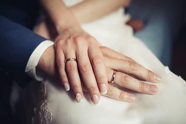 Đá quý, kim cương đính kèm nhẫn cưới vàng 18k cũng ảnh hưởng đến giá