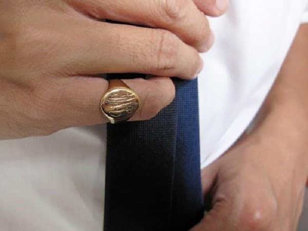 Chọn mua nhẫn vàng bản to tại địa chỉ uy tín