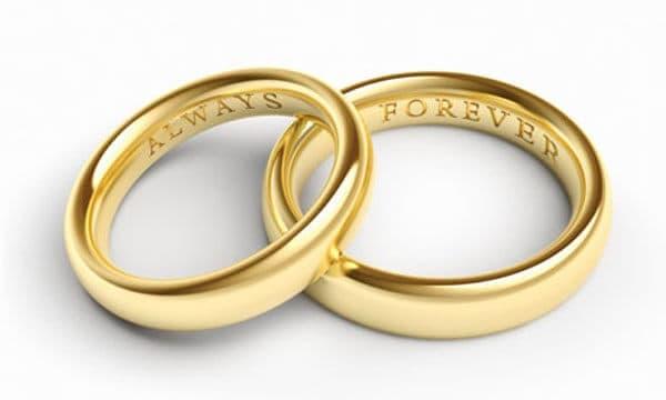 Tìm mua nhẫn cưới bằng vàng ở những cửa hàng uy tín