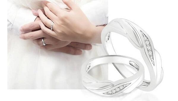 Nhẫn cưới vàng trắng được thiết kế với nhiều mẫu mã, kiểu dáng
