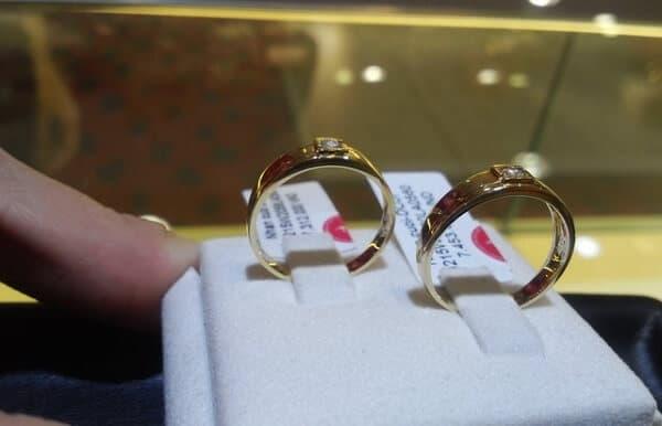 Quan sát xem nhẫn vàng kỹ lưỡng