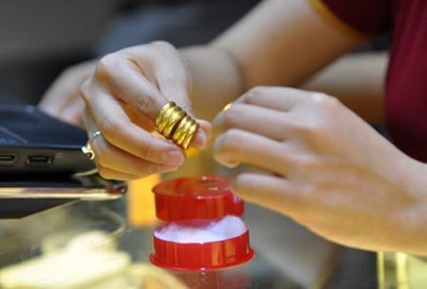 Giá nhẫn vàng tây phụ thuộc vào chất liệu vàng, kiểu dáng, phụ kiện đính kèm,..