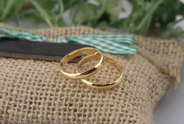 Thường xuyên lau chùi nhẫn vàng cặp đẹp