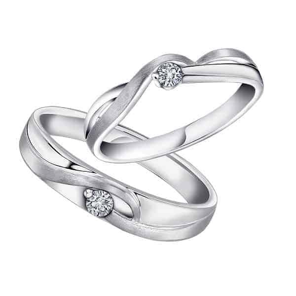 Nhẫn đôi vàng trắng có nhiều nét tương đồng với chất liệu bạch kim