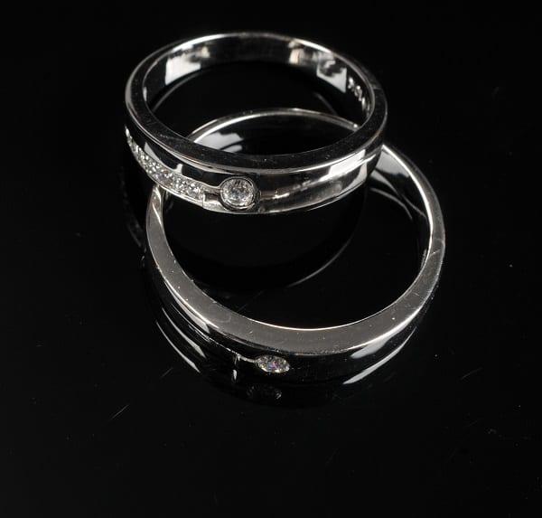 Nhẫn cưới vàng trắng mang lại màu sắc trắng sáng, vẻ hiện đại và tinh tế