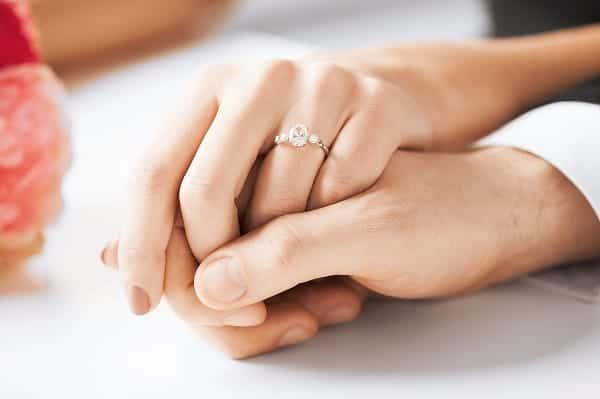 Nhẫn đôi vàng trắng có độ bền cao hơn và màu sắc sáng hơn so với vàng tây,