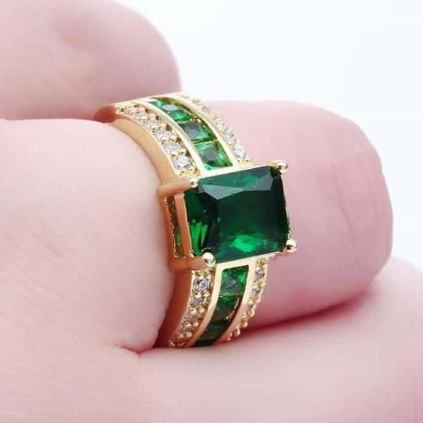 Kiểm tra kỹ chất liệu viên đá quý được gắn với nhẫn vàng