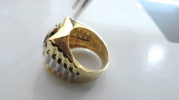 Nhẫn vàng thời trang nam với đường sóng bao quanh