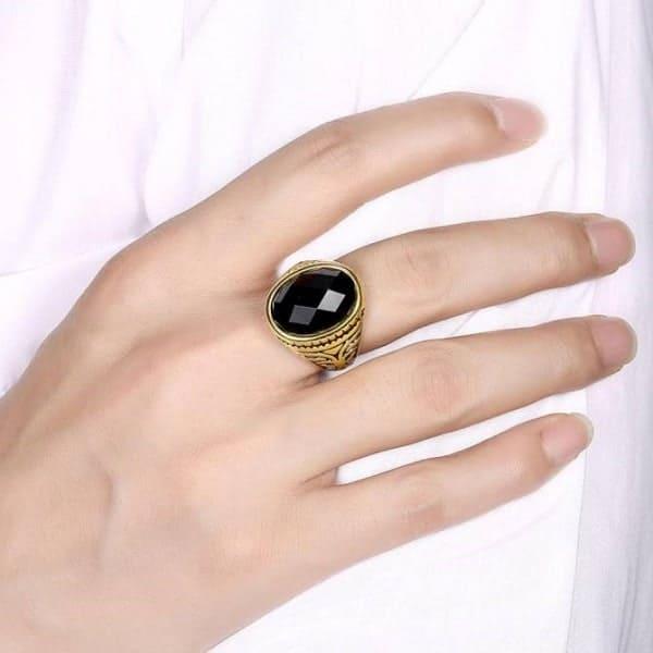 Nhẫn vàng đính đá đầy tin tế và sang trọng