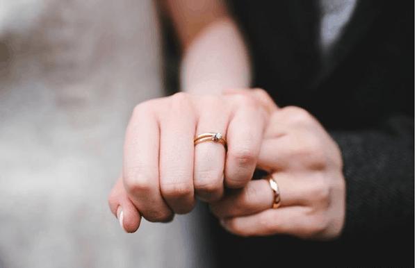 Nghi thức trao nhẫn cưới đã có từ thời xa xưa, bắt nguồn từ nghi thức cưới hỏi của người Ai Cập cổ