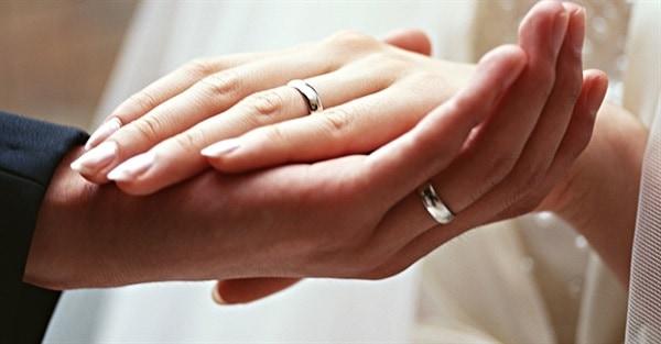 Đeo nhẫn cưới ở ngón áp út để liên kết hai trái tìm hòa chung một nhịp