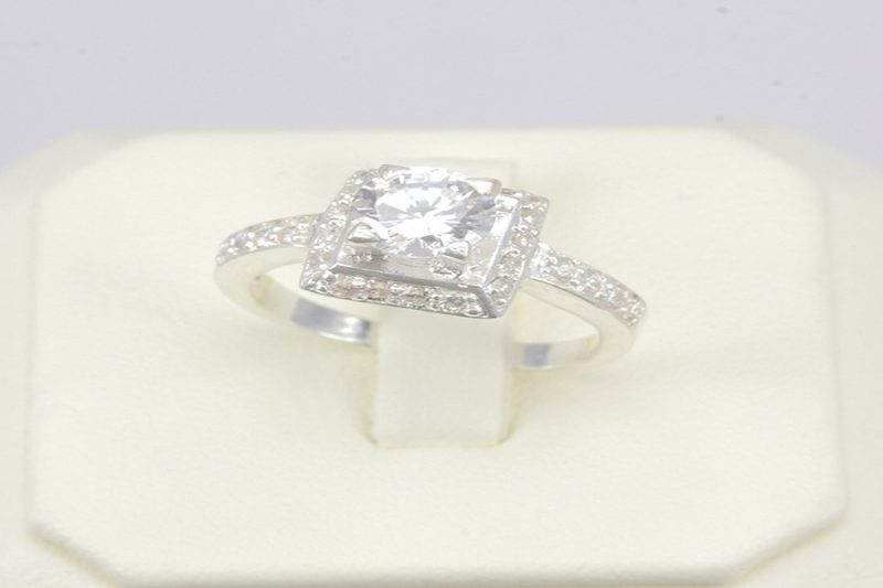 Giá nhẫn vàng trắng xác định dựa trên những tiêu chí nào?