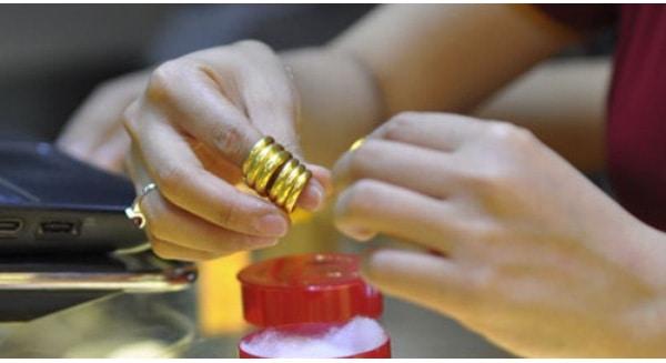 Giữ gìn nhẫn vàng trơn 18k luôn sạch