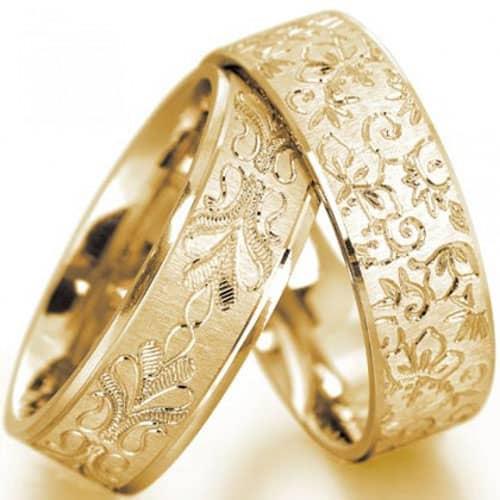 Mẫu nhẫn cưới được thiết kế tinh tế với nhiều hoa lá