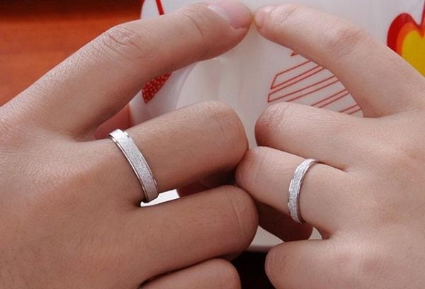 Chọn mua nhẫn cưới dựa vào tài chính và sự đồng thuận của hai vợ chồng