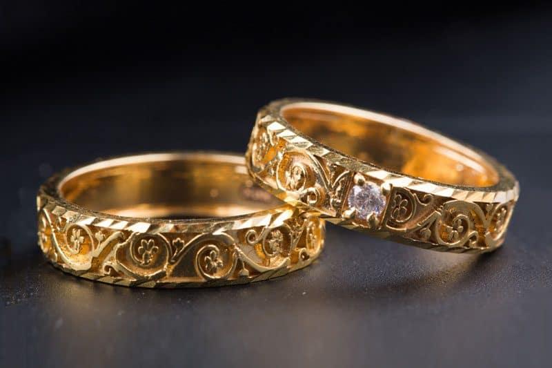 Nhẫn cưới vàng với những đường nét hoa văn độc đáo