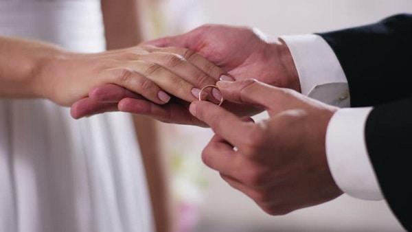 Chú ý đến size nhẫn phù hợp với cô dâu và chú rể