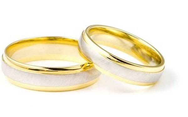 Kiểu nhẫn cưới vàng trơn không đính đá tuy đơn giản nhưng mang đến nhiều tiện lọi khi đeo