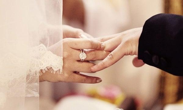 Phong cách đeo nhẫn cưới Việt Nam