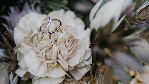 Không nên vay tiền mua nhẫn cưới
