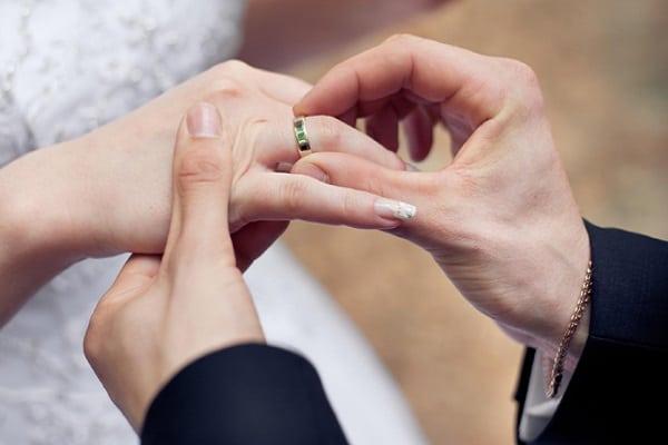 Đeo nhẫn cưới ở ngón áp út