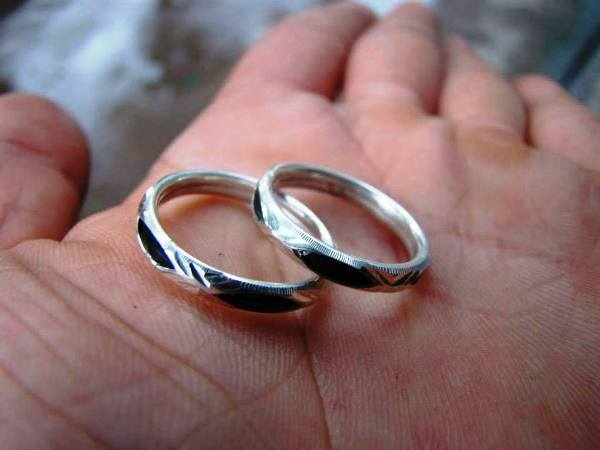 Chọn mẫu nhẫn cưới hợp với hoạt động sống